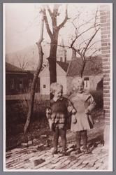 WAT002001745 Foto v.l.n.r.: Hermijntje (Mien) Veenis, geboren in 1931 en Jacoba (Coba) Leeuwerink, geboren in 1931.
