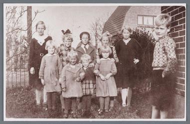 WAT002001746 Achterste rij v.l.n.r. Geertje Braan, geboren in 1922, Grietje (Gre) Veenis, geboren in 1926, Hotse ...