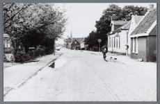 WAT002001750 Foto: eerste huis rechts is van Anton Vink, van beroep groenteboer (waarschijnlijk Dorpsstraat 419) en ...