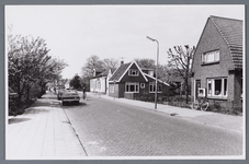 WAT002001759 Foto v.r.n.l. huis van Cobus Leeuwerik met sigarettenautomaat , daarnaast huis van Anton Vink, groenteman ...