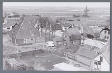 WAT002001760 Foto genomen vanaf de kerktoren van de Nederlands-hervormde kerk richting molen De Koker v.l.n.r. ...