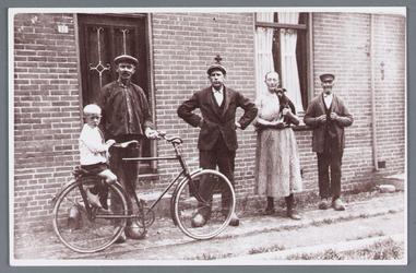 WAT002001778 Foto: boerderij van Piet Rep.Foto: v.l.n.r.; Gerrit de Vries Jzn, geboren in 1924 en Jan de Vries, geboren ...