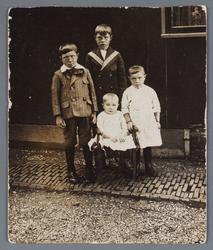 WAT002001830 Kinderen van Kees Koomen v.l.n.r.; Ariaan (Arie) Koomen, geboren in 1909, Jan Koomen, geboren in 1907, ...