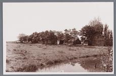 WAT002001773 Foto gemaakt vanaf het Oosteinde met links de boerderij van Wezel en rechts de schuur van Jan Haan.