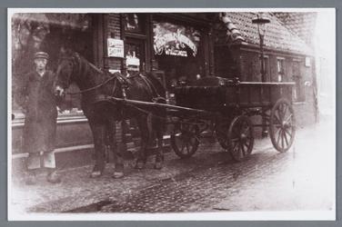 WAT002001846 Cornelis (Kees) Koomen Janz (geboren in 1883) van molen de Koker voor de winkel van Cor Nooy (koelip) bij ...