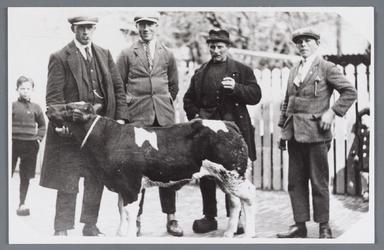 WAT002001852 Markt te Purmerend; links is Teun Koomen Jz.(geboren in 1892), Arie koomen Cz, Willem Vink jz., en een ...