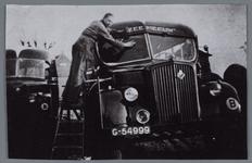 WAT002001864 Bussen van de autogarage- busmaatschappij firma Fontijn 'de Zeemeeuw'In het midden zien wij de eigenaar: ...