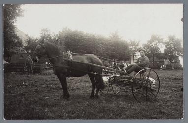 WAT002001902 Op de hooihark Jan Witkamp, (geboren in 1887) en linksachter Albertus (Bertus) van Ingen (geboren in 1897)
