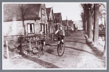WAT002001922 Huis van Siemes van der Laan richting Jisp 'hoek van bos' op de fiets links Barend (Bab) Binken (geboren ...