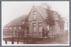 WAT002001938 Piet Leegwater, in 1876 geboren te Nieuwe Niedorp, met vrouw. Laatste huis aan het oosteinde in 1925. ...