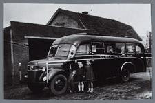 WAT002001867 Autobussen van garage Fontijn N.V. De Zeemeeuw, busnummer 5 met kinderen van Jaap Fontijn( geboren in ...