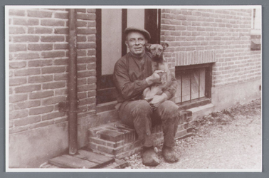 WAT002001898 Jan Witkamp, (geboren in 1887) voor zijn boerderij.