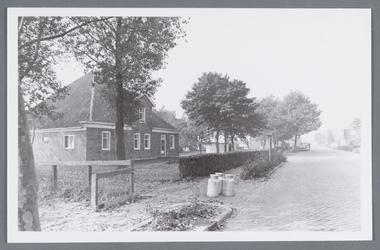 WAT002001918 Boerderij van de familie Toon Kramer, met melkbussen langs de weg.