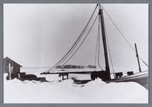 WAT002001962 Het binnenvaartschip Eendracht 2 van Van Gelder Zonen papierfabrieken te Wormer ligt ingesneeuwd in de ...
