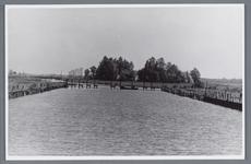 WAT002001978 Waterwinning van papierfabriek 'Van Gelder in Enge Wormerringvaart met lage Kippenbrug.