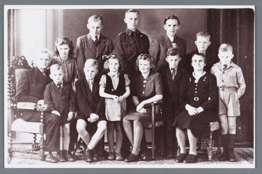 WAT002001983 Familie van der Pal-Kleij.Achteraan van links naar rechts:vader Cor, Bep, Dominicus, Piet, Tjebbe (Bertus) ...