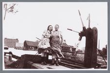 WAT002001998 Vrouw Catharina Oudt-Korver (meisjesnaam Catharina Korver, geboren in 1889 te Jisp) met haar dochter ...