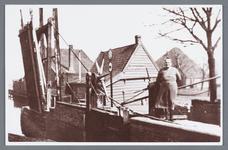 WAT002001999 Bartelsluis met sluiswachtersvrouw mevrouw Oudt (meisjesnaam Catharina Korver, geboren in 1889 te ...