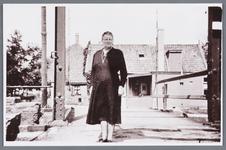 WAT002002030 Mevrouw Oudt (meisjesnaam Catharina Korver, geboren in 1889 te Jisp) op de sluisbrug, met op de ...