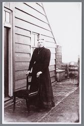 WAT002002010 Bartelsluis met achter de stoel Pietertje Beers, geboren op 9 februari 1867 te Heerhugowaard. Getrouwd met ...