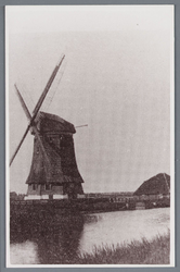 WAT002002108 Molen ''De Zuidooster werd in 1726 gebouwd, het was een grote binnenkruier met een vlucht van 26 meter, ...