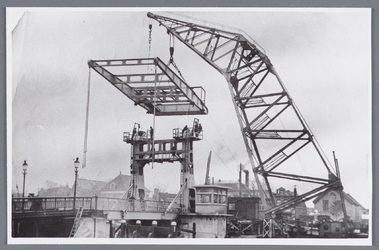 WAT002002124 Vernieuwing van de Zaanbrug, door middel van een hijskraan op een ponton.Bovendeel van de brug word geplaatst.