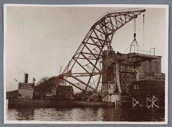 WAT002002125 Vernieuwing van de Zaanbrug, door middel van een hijskraan op een ponton.Bovendeel van de brug word geplaatst.