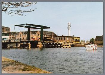 WAT002002144 Zaanbrug vanuit Wormerveer met fabrieken aan de Veerdijk.Achter de brug zien we pakhuis Batavia.Rechts ...
