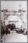 WAT002002126 Vernieuwing van de Zaanbrug onder toeziend oog van politieman Klaas de Boer (geboren 1889 te Nieuwleusen)