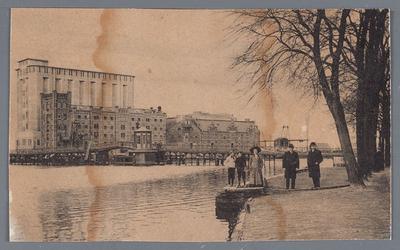 WAT002002148 De Zaanbrug, met daarachter v.l.n.r.; 'Silo' ( ook wel 'Oslo' genoemd, gebouwd in 1905), pakhuis Donau ...