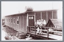 WAT002002254 Noodwoning met familie Oudt.Rechts; mevrouw Oudt (meisjesnaam Catharina Korver, geboren in 1889 te Jisp) ...