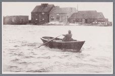 WAT002002281 Man vaart in zijn roeiboot over de Zaan.Met op de achtergrond de Olieslagerij ''De Mol'' van de firma ...