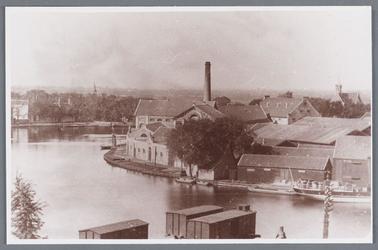 WAT002002316 Zaanbocht met rechts Stoomoliefabriek ''De Liefde'' van Simon Prins.De fabriek werd in 1852 in gebruik ...