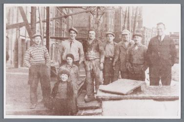 WAT002002394 Waarschijnlijk betreft dit een foto van medewerkers van papierfabriek van Gelder. Genomen op de kade van de Zaan