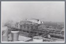 WAT002002485 Helikopter van de KLM werd ingezet om een onderdeel te plaatsen bij papierfabriek Van ...