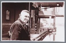 WAT002002492 Henk Wever was op 4 juni 1959, 40 jaar in dienst bij papierfabriek Van Gelder als grondstoffenlosser.