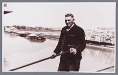 WAT002002493 Op de foto Henk Wever, fabrieksarbeider bij Van Gelder Zonen. Op de achtergrond de boten met cellulose.