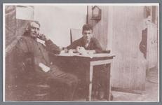 WAT002002494 Foto v.l.n.r. de heer Hessels en Siem Klopper, werkzaam bij papierfabriek Van ...