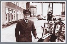 WAT002002496 Jan Blom was op 24 mei 1958, 40 jaar in dienst bij Van Gelder papierfabriek.Jan Blom was butler en ...