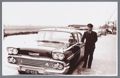 WAT002002497 Jan Blom was op 24 mei 1958, 40 jaar in dienst bij Van Gelder papierfabriek.Jan Blom was butler en ...