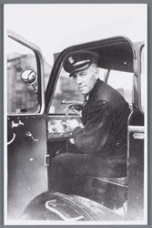 WAT002002504 vijftige jarig jubileum van de bijna 63 jarige Gerrit Grandiek, als chauffeur bij papierfabriek van Gelder ...