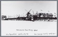 WAT002002434 Versierde Zaanbrug t.g.v. het bezoek van koningin Wilhelmina en koningin-moeder Emma. Op de achtergrond de ...