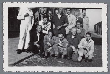 WAT002002531 Medewerkers van papierfabriek Van Gelder.Zittend vlnr. Frans Breet, tussenin Ber Rozemeijer, daarnaast ...