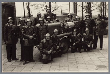 WAT002002544 Groep brandweerlieden bij papierfabriek Van Gelder.