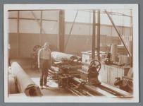 WAT002002547 Jan Kelder was op 30 september 1959, 50 jaar in dienst bij papierfabriek Van Gelder.In 1959 was zijn ...