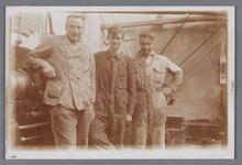 WAT002002548 Foto v.l.n.r.; Jan Kelder, D. Geugjes en Hotze Veken, medewerkers van papierfabriek Van ...
