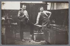 WAT002002549 Van Gelder papierfabriek, in de Smederij van Van Gelder papierfabriek.Foto v.l.n.r.; Jan Kelder en Piet ...