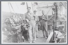 WAT002002556 Foto v.l.n.r.; Hotze Veken, D. Geugjes en C. Room, medewerkers van papierfabriek Van ...