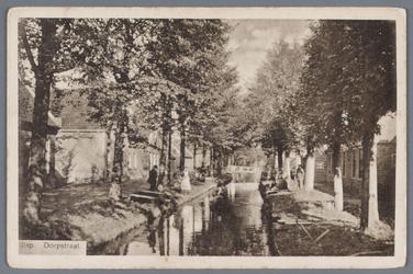 WAT002002612 Weiver in 1925, met iepen langs de wegsloot. Uit overlevering vertelde men dat Willem van den Brink op het ...
