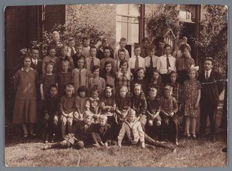 WAT002002671 Openbare lagere school, Foto v.l.n.r. achterste rij; Jaap Bakker Az., Kees Boon, Arie Wezel Fz., Gert Bark ...